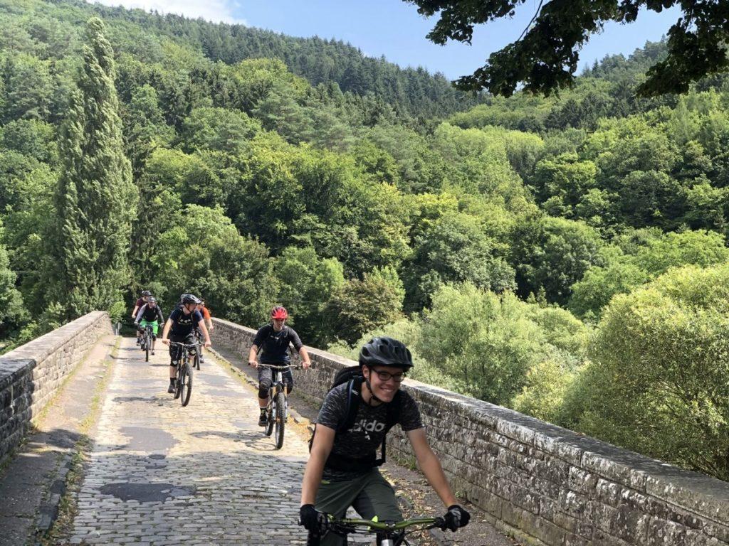 Grenzbrücke Dillingen, glückliche Gesichter